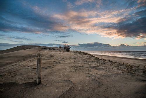 Zonsondergang nederlands strand.  van