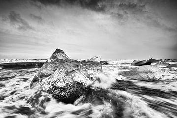 Blok ijs in sterke branding van Ralf Lehmann