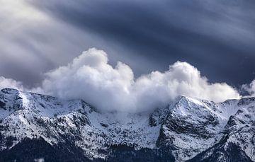 zonnestralen over besneeuwde bergtoppen, Slovenië van Olha Rohulya