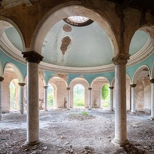Verlassene Kuppel mit Säulen.