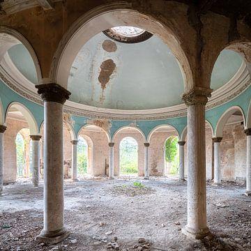 Verlassene Kuppel mit Säulen. von Roman Robroek