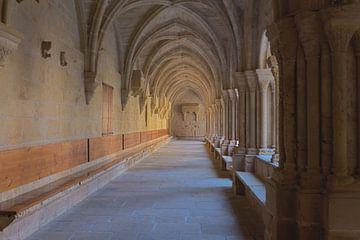 Kloostergang in het klooster van Poblet, Spanje van Maarten Hoek