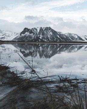 Berg met reflectie in een meer op de voorgrond in Ijsland van Michiel Dros