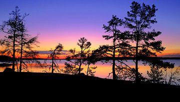 Kleurrijke zonsondergang en avondschemering in Finland van Roger VDB