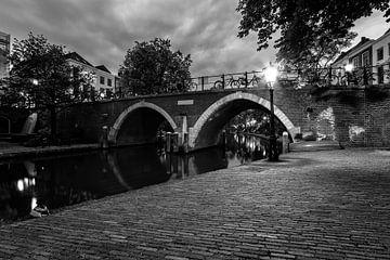 De Vollersbrug in Utrecht over de Oudegracht in de avond (zwartwit) van De Utrechtse Grachten
