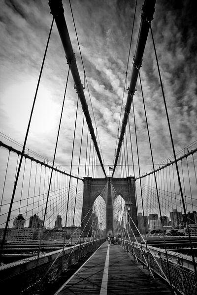NYC Brooklyn Bridge   Monochroom van Melanie Viola
