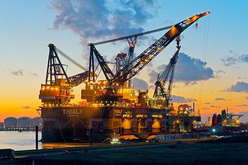 Kraanschip Thialf in de avond te Rotterdam