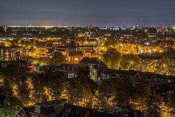 Uitzicht over Haarlem bij nacht van Allan Kostyk