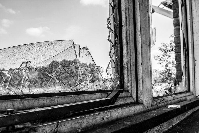 broken window  van Ruud van Ravenswaaij