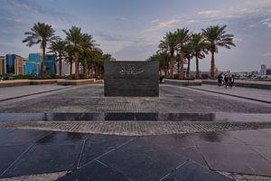 Schild des Museums für Islamische Kunst in Doha, Katar, vor dem Haupteingang des Museums von Mohamed Abdelrazek