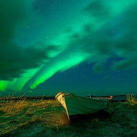Noorderlicht boven een roeiboot van Tilo Grellmann   Photography