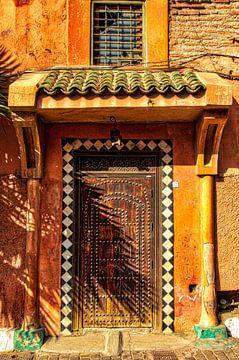 Gevel met oude bruine toegangsdeur in de Medina van Marrakech in Marokko van Dieter Walther