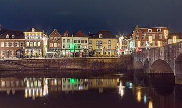 Sfeervolle Roerkade Roermond in de avond van Maurits van Hout