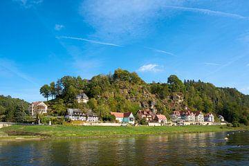 Het dorp Rathen aan de oever van de Elbe in het Elbsansteingebergte van Heiko Kueverling