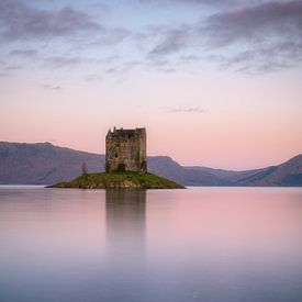 Heel mooi zacht licht tijdens zonsopkomst bij Castle Stalker in de Schotse Hooglanden van Jos Pannekoek