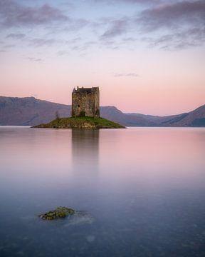 Très belle lumière douce au lever du soleil à Castle Stalker dans les Highlands écossais sur Jos Pannekoek
