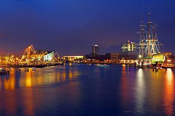 De haven van Amsterdam met het VOC schip bij nacht in Nederland sur Nisangha Masselink