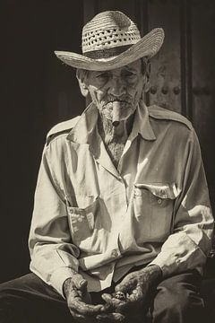 Portret van een Havana rokende, lokale Cubaan in de straten van Havana, Cuba van