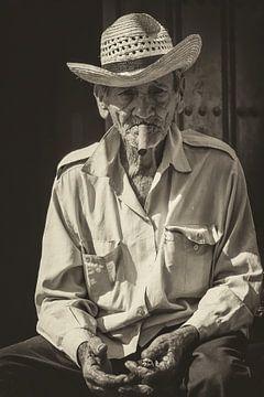 Portret of a local Cuban, smoking a Havana cigar sur