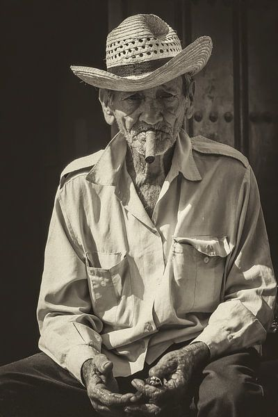 Portret van een Havana rokende, lokale Cubaan in de straten van Havana, Cuba von Original Mostert Photography