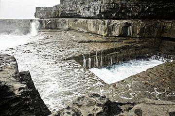 "beroemde ""Wormhole"" (Poll na bPeist in gaelic) in Inishmore, Aran Islands, Ierland van Tjeerd Kruse"