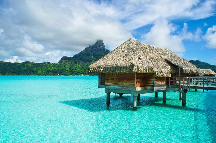 Overwater resort met rieten dak op Bora Bora