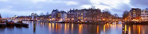 Panorama aan de rivier de Amstel in Amsterdam bij zonsondergang van