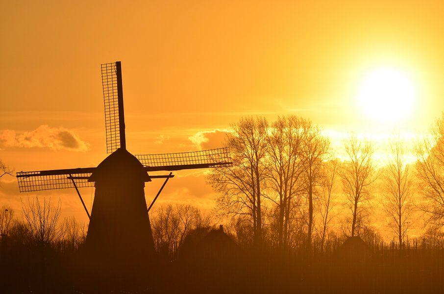 Vurige molen bij zonsondergang van Mark Bolijn