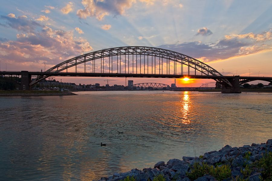 Zonsondergang Waalbrug Nijmegen van Anton de Zeeuw