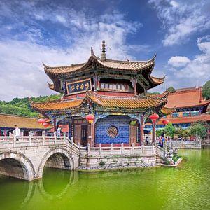 Yuantong Temple tegen een blauwe hemel met dramatische wolken
