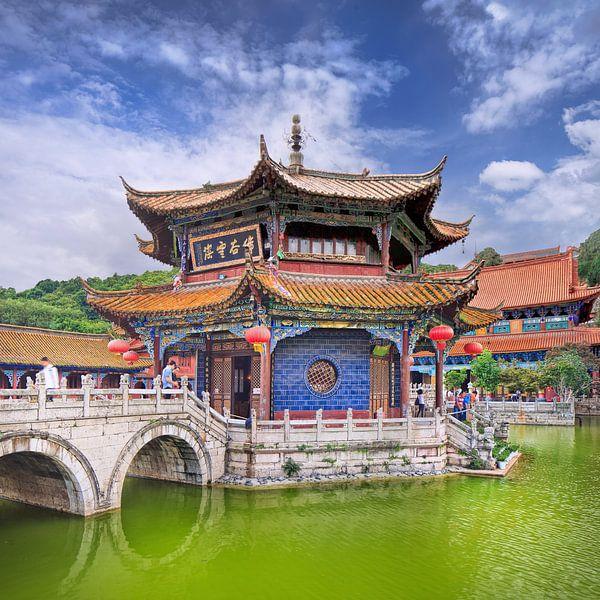 Yuantong Temple tegen een blauwe hemel met dramatische wolken van Tony Vingerhoets