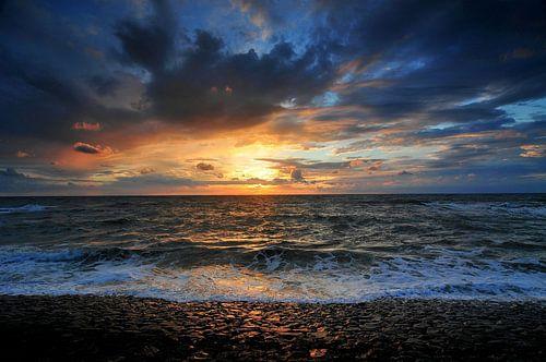 Dramatische zonsondergang boven de zee