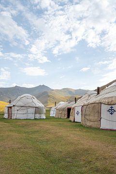 Yurt in de avond bij Tash Rabat van Mickéle Godderis