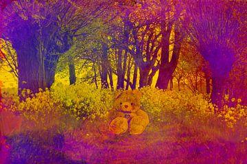 Teddybeer tussen bloemen in kleurrijk bos van Leo Huijzer