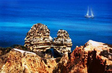 Portugal, Algarve, sailing yacht off the rocky coast von
