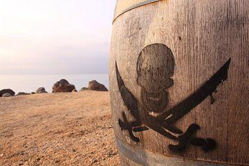 Piraten teken met doodskop skull op houten ton van Bobsphotography