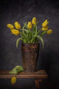Stilleven va een bos gele tulpen, in een vaas van Peter Abbes