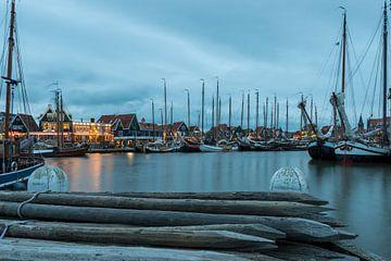 Avondfoto van de haven van Volendam tijdens de Pieperrace van Jack Koning