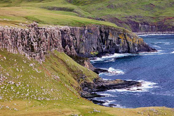 De Atlantische kliffen op Isle-of-Skye Schotland