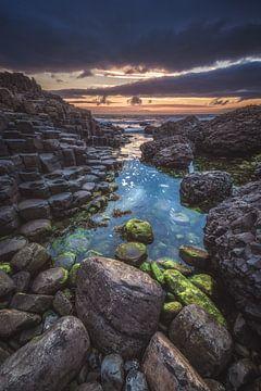 Giant's Causeway in Ierland bij zonsondergang van Jean Claude Castor