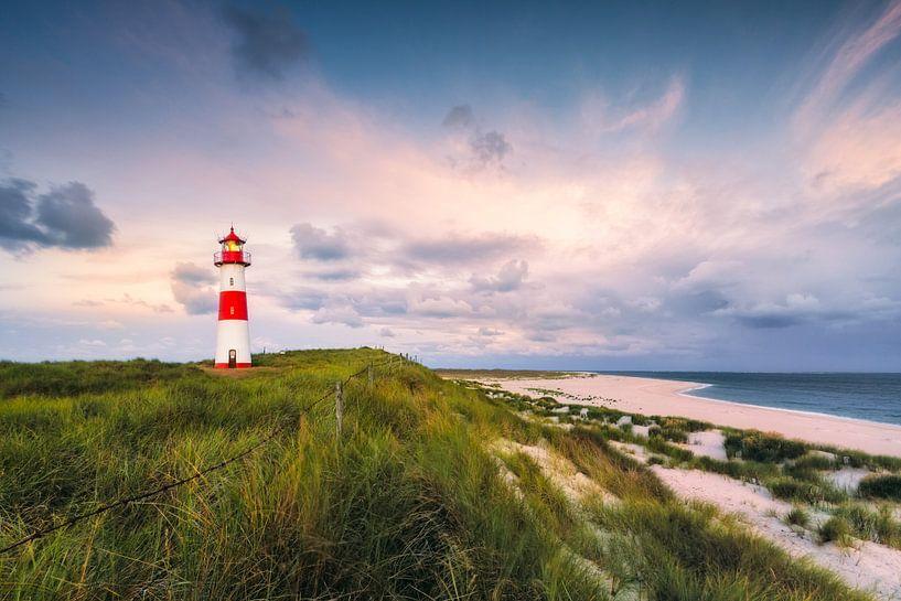 Lighthouse in the morning light (Ellenbogen / List Ost / Sylt) van Dirk Wiemer