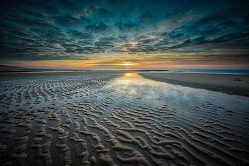 strand en Noordzee bij een zonsondergang van eric van der eijk