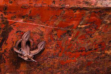 Anker tegen boeg van een met roest uitgeslagen schip van Martijn Smeets