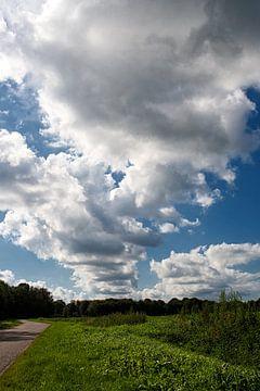 Wolkendeken over landschap sur Fokje Otter