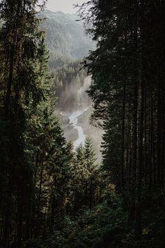 Doorkijk  op de Krimml waterval in Oostenrijk van Anouk Strijbos