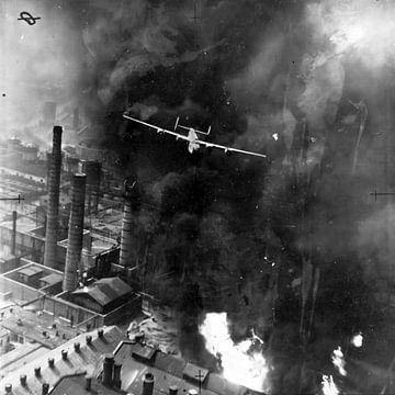 Bomber fliegt durch den Rauch während eines Angriffs in Rumänien, 1943. von Atelier Liesjes