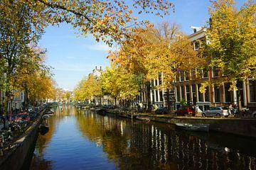 Amsterdam in de herfst sur Michel van Kooten