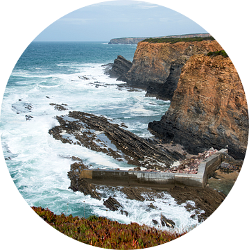 rotsen en wilde zee westkust portugal van Compuinfoto .
