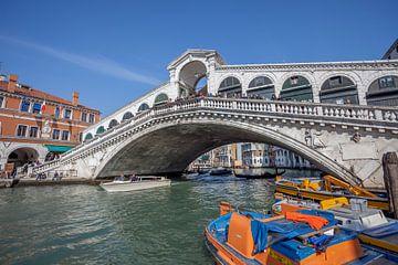 Rialtobrug in  oude centrum van Venetie, Italie van Joost Adriaanse