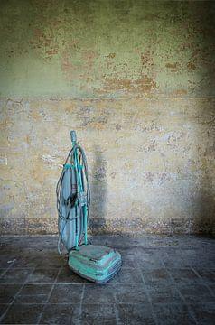 Stofzuiger in verlaten gebouw van Inge van den Brande
